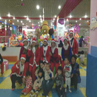 圣诞老人与聋哑儿童合影