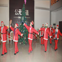 圣诞老人在售楼部扭秧歌
