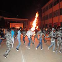 学生为少数民族欢度火把节