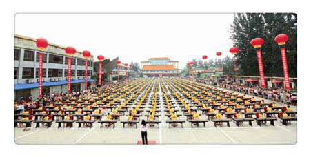 由中国东方乐团组织演出的争创世界纪录大型新筝演奏会