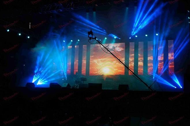 以普通观众的看法,演唱会的灯光除了聚光灯之外,剩下区域都是昏暗而杂乱场面,光线很模糊,到底有没有办法照国外拍摄技巧去做呢? 首先来了解一下演唱会现场,国内演唱会对于舞台灯光或音响方面的要求并不高.看看金曲奖就知道,现场的音控与灯光已经算是国内高水平,但相较格莱美或是MTV音乐大奖还是略显逊色.