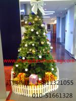 带装饰的松针圣诞树