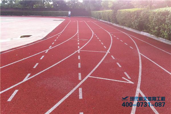 400米标准跑道的面积约是8515平