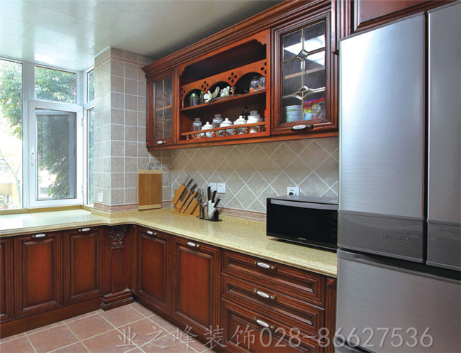欧式风格效果图(厨房),厨房的空间既宽敞又明媚.白色的吊顶、